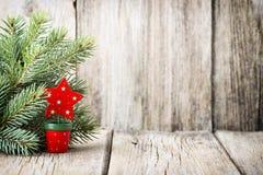 La decoración de la Navidad con el abeto ramifica en el fondo de madera Imagenes de archivo