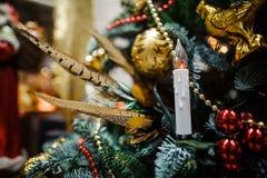 La decorazione alla moda dell'albero di Natale gioca nei toni dorati Fotografia Stock Libera da Diritti