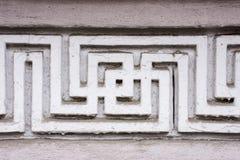 La decorazione concreta esteriore decorativa gradisce il modello o l'ornamento sotto forma di labirinto con una svastica sulla pa Immagine Stock Libera da Diritti