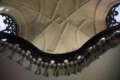 La decorazione dei crani e delle ossa umani in un ossario del gotico della chiesa del cimitero di tutti i san in Kutna-Hora, repu Immagine Stock