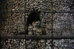 La decorazione dei crani e delle ossa umani in un ossario del gotico della chiesa del cimitero di tutti i san in Kutna-Hora, repu Immagini Stock