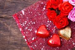 La decorazione del biglietto di S. Valentino, cuore ha modellato il cioccolato e le rose Fotografia Stock