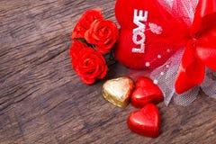 La decorazione del biglietto di S. Valentino, cuore ha modellato il cioccolato, le rose, cuore Fotografia Stock
