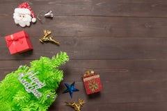 La decorazione del giorno di Natale e l'albero sono sul backgroun di legno Fotografia Stock Libera da Diritti
