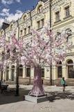 La decorazione del Kuznetsky la maggior parte della via a Mosca durante la molla di Mosca di festival Fotografia Stock Libera da Diritti