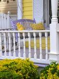 La decorazione del portico caratterizza i cuscini gialli fotografia stock