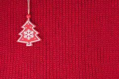La decorazione dell'albero di abete di Natale su lana rossa ha tricottato il tessuto Fotografia Stock Libera da Diritti
