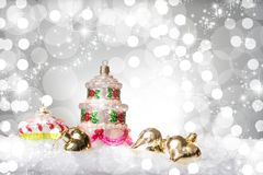 La decorazione dell'albero di Natale con la forma di multi dolce del pavimento, su neve, contro una bella festa ha ispirato il fo immagine stock
