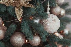 La decorazione dell'albero di Natale del fiore dell'oro, bianco ha tricottato la palla che appende sull'abete con la ghirlanda Immagine Stock Libera da Diritti