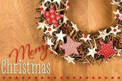 La decorazione della corona del messaggio di Buon Natale bianca ed il rosso Stars il gi Fotografie Stock Libere da Diritti
