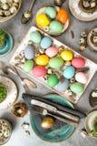 La decorazione della tavola di cena di Pasqua eggs vibrante Fotografia Stock Libera da Diritti