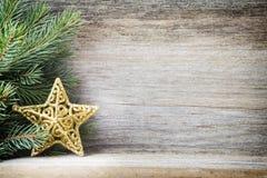 La decorazione di Natale con abete si ramifica sui precedenti di legno Immagini Stock