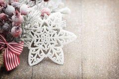 La decorazione di Natale con abete si ramifica sui precedenti di legno Fotografia Stock