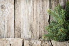 La decorazione di Natale con abete si ramifica sui precedenti di legno Immagine Stock