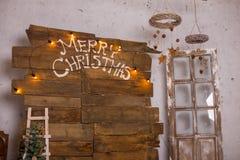 La decorazione di Natale con la bagattella di natale e la candela per l'arrivo condiscono quattro candele di bruciatura Fotografia Stock