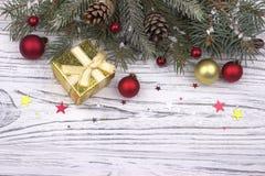 La decorazione di Natale con le palle rosse e dorate di natale stars Fotografia Stock