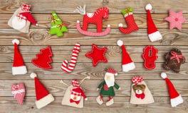 La decorazione di Natale gioca la disposizione di legno del piano del fondo degli ornamenti Fotografia Stock