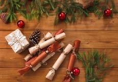 La decorazione di Natale, i contenitori di regalo e la ghirlanda incorniciano il fondo Fotografie Stock