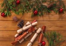 La decorazione di Natale, i contenitori di regalo e la ghirlanda incorniciano il fondo Fotografie Stock Libere da Diritti