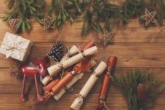 La decorazione di Natale, i contenitori di regalo e la ghirlanda incorniciano il fondo Immagine Stock