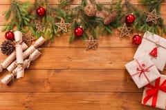 La decorazione di Natale, i contenitori di regalo e la ghirlanda incorniciano il fondo Fotografia Stock