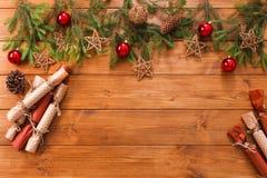 La decorazione di Natale, i contenitori di regalo e la ghirlanda incorniciano il fondo Immagini Stock Libere da Diritti