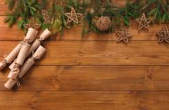 La decorazione di Natale, i pacchetti del regalo e la ghirlanda incorniciano il fondo Immagini Stock
