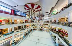 La decorazione di Natale in piramide di Sunway, la gente può visto giocando il pattinaggio su ghiaccio nel centro commerciale Immagine Stock