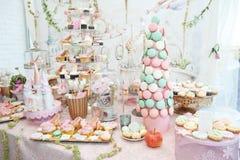 La decorazione di nozze con pastello ha colorato i bigné, le meringhe, i muffin e i macarons Fotografie Stock