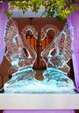 La decorazione di nozze del ghiaccio con due cigni Immagini Stock Libere da Diritti