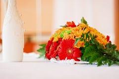 La decorazione di nozze fiorisce il mazzo sulla tavola fotografie stock libere da diritti