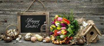 La decorazione di Pasqua eggs i fiori del tulipano d'annata Fotografie Stock Libere da Diritti