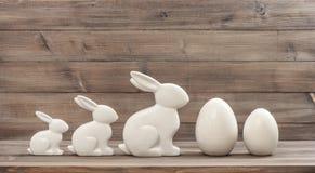 La decorazione di Pasqua eggs il fondo di legno rustico dei coniglietti Immagine Stock