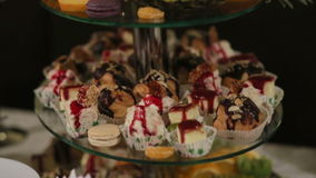 La decorazione stupefacente del dessert ha preparato specialmente per una cerimonia di nozze video d archivio