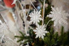 La decorazione sveglia dell'albero di Natale gioca sotto forma dei fiocchi di neve bianchi Immagine Stock Libera da Diritti