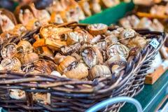 La decorazione tradizionale del mercato di natale, chiosco in pieno del papavero decorato si dirige fotografie stock libere da diritti