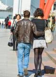 La-defensie, Frankrijk 10 April, 2014: Modieus paar die in een straat lopen De man draagt blauw Jean en de vrouw korte grijze sk Stock Fotografie