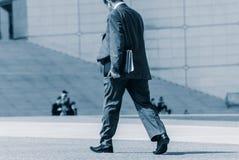 La-defensie, Frankrijk 02 Mei, 2007: achtermening van zakenmanwalki Stock Afbeeldingen