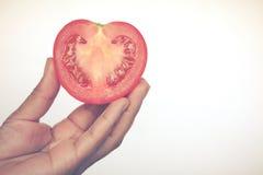 La demi coupe se fendent de la pomme de terre rouge, ressembler à la forme de coeur, avec le couteau o Images stock