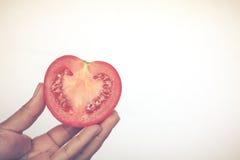 La demi coupe se fendent de la pomme de terre rouge, ressembler à la forme de coeur, avec le couteau o Photos libres de droits