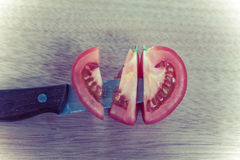 La demi coupe se fendent de la pomme de terre rouge, ressembler à la forme de coeur, avec le couteau o Photo libre de droits