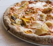 La demi pizza répand des artichauts de jambon Photos libres de droits