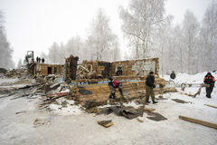 La demolición de las casas de madera viejas Fotos de archivo