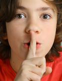 La demostración adolescente del muchacho guarda gesto del silencio Foto de archivo libre de regalías