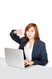 La demostración asiática de la muchacha de oficina manosea con los dedos abajo con PC del cuaderno Imagen de archivo
