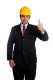 La demostración asiática del hombre del ingeniero manosea con los dedos para arriba y sonrisa Imagenes de archivo