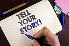 La demostración conceptual de la escritura de la mano dice a su historia llamada de motivación La parte de exhibición de la foto  fotografía de archivo