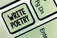 La demostración conceptual de la escritura de la mano escribe poesía Melancholic roanalysistic de exhibición de la literatura de  fotografía de archivo libre de regalías
