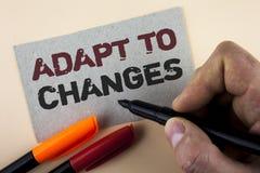 La demostración conceptual de la escritura de la mano se adapta a los cambios Adaptación innovadora de los cambios del texto de l foto de archivo