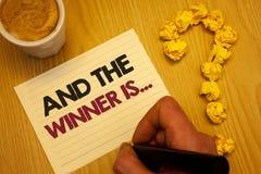 La demostración conceptual de la escritura de la mano y el ganador es La anunciación de exhibición de la foto del negocio como pr fotografía de archivo